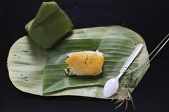 黏米饭用蒸的乳蛋糕,包裹在香蕉离开,泰国 免版税图库摄影