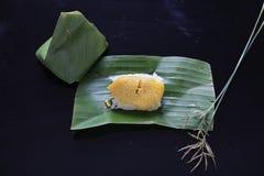 黏米饭用蒸的乳蛋糕,包裹在香蕉离开,泰国 免版税库存图片