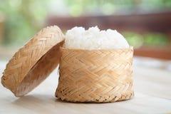 黏米饭,在一个竹木老牌箱子的泰国黏米饭 图库摄影