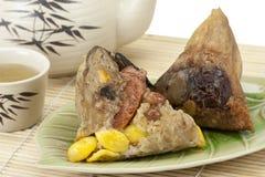 米饺子或zongzi用茶 免版税库存照片