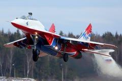 米高扬Gurevich MiG29UB 11 Strizhi蓝色的喷气式飞机战斗机Swifts特技飞行合作离开在Kubinka空军基地 图库摄影
