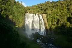 35米高Marokopa在新西兰落 免版税库存照片