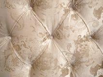 米黄丝绒室内装饰品有豪华装饰的领尖钉有钮扣的背景 图库摄影