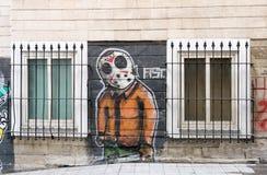 米黄有街道画图画的砖外在墙壁在Istiklal街,伊斯坦布尔,土耳其附近的两个窗口之间 免版税库存照片