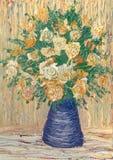 米黄蓝色玫瑰花瓶 免版税库存照片