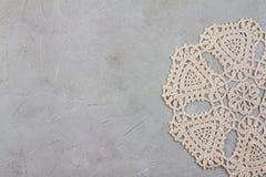 米黄螺纹美丽的老餐巾刺绣手工制造在具体概略的背景 库存照片