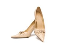 米黄s穿上鞋子妇女 免版税库存图片