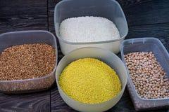 米,豌豆,小米,在一张木桌上的荞麦五谷  库存照片