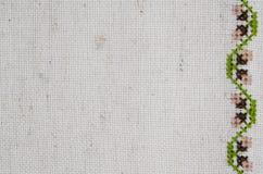 米黄亚麻制织品纹理与刺绣的 库存图片