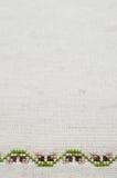 米黄亚麻制织品纹理与刺绣的 图库摄影
