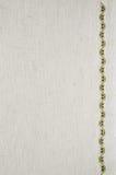 米黄亚麻制织品纹理与刺绣的 库存照片