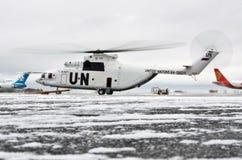 米-26直升机在停车场的冬天准备好起飞 俄罗斯,苏尔古特 2011个美国人拟订看板卡特写镜头赊帐负债转淡经济专业万事达卡11月签证 库存图片