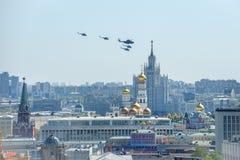 米-26和四个MI-8在克里姆林宫 免版税图库摄影