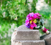 米黄和紫色兰花婚礼花束  库存照片