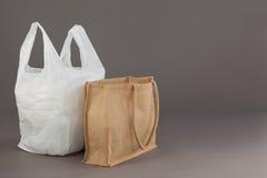 米黄织品袋子和白色塑料袋 图库摄影