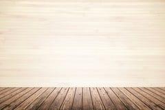 米黄墙壁和木地板空的室  免版税库存照片