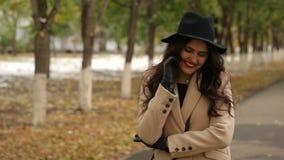 米黄外套的女孩在电话谈话 影视素材