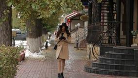 米黄外套的女孩走动并且读了消息 影视素材