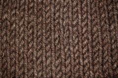 从米黄或棕色羊毛温暖的软的毛线的编织的样式 库存照片