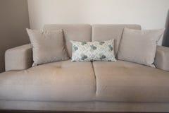 米黄沙发在客厅 库存照片