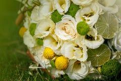 从米黄玫瑰的婚礼花束,桂香,柠檬,石灰 免版税图库摄影