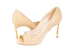米黄皮革妇女的鞋子 免版税库存照片