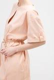 米黄礼服的妇女 免版税库存照片