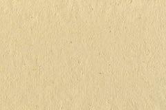 米黄纸板米加工印刷纸纹理,水平的明亮的概略的老被回收的织地不很细空白的空的难看的东西拷贝空间背景 免版税库存图片