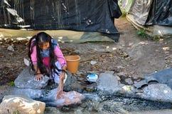 米却肯州,墨西哥, 1月, 15日:女孩洗涤的衣裳用手 图库摄影