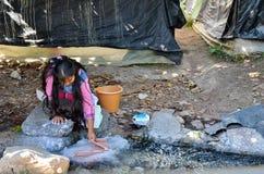 米却肯州,墨西哥, 1月, 15日:女孩洗涤的衣裳用手 库存照片