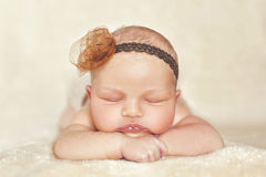 米黄背景的睡觉的婴孩 免版税库存图片