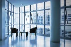 米黄黑色椅子组办公室一 免版税库存图片