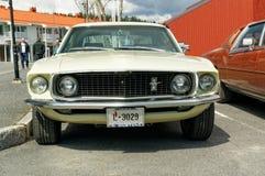 米黄色的Ford Mustang 免版税库存照片