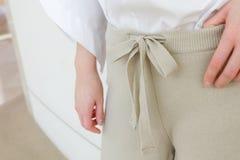 米黄细节的凹道串腰部偶然妇女裤子样式关闭 最小的时髦时尚 库存照片