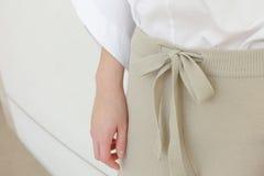 米黄细节的凹道串腰部偶然妇女裤子样式关闭 最小的时髦时尚 免版税库存照片