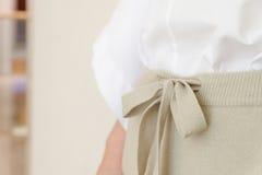 米黄细节的凹道串腰部偶然妇女裤子样式关闭 最小的时髦时尚 免版税图库摄影
