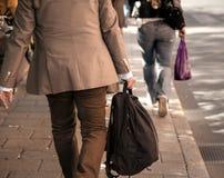 米黄衣裳的人在边路 免版税库存图片