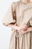米黄衣裳的女孩 免版税库存图片