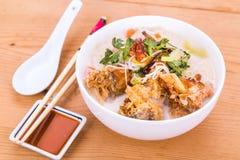 米细面条油煎了鱼顶头汤面,在马来人的纤巧 库存图片