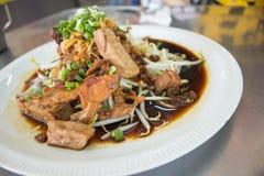 米细面条用棕色沙司和豆芽在盘 免版税库存照片