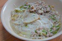 米细面条顶部鱼排行并且煮沸了在汤的剁碎的猪肉 库存照片