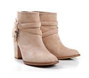 米黄绒面革妇女的鞋子 免版税库存图片