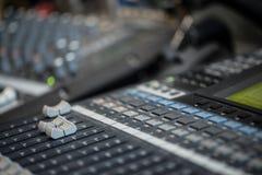 类推混音器 专业音频混合的控制台收音机和电视广播 免版税库存照片