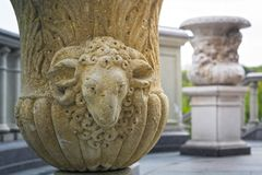 粉刷以在一个老花卉碗的一个公羊` s头的形式黏土 图库摄影