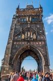 粉末塔的游人在布拉格 免版税库存照片