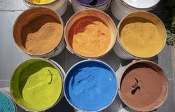 粉末涂上的罐头 各种各样的颜色 拍摄在一个被全部售光的柜台 免版税图库摄影