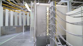 粉末涂层房间的操作在一个静电场的 股票视频