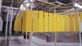 粉末涂层线 平的金属盘区在一台顶上的传动机移动 影视素材