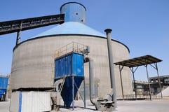 粉煤渣与吸尘器的存贮筒仓 库存照片