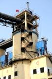 粉煤渣与淡黄色颜色的存贮藏库在水泥工厂 库存图片